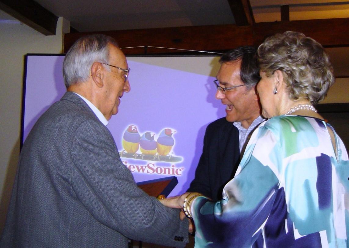 El Comandante Sierra recibe su distinción de manos del Director Secretario del Instituto, señor Norberto Traub Gainsborg. Participa nuestra asociada Licia Betta vda.de Verdugo.