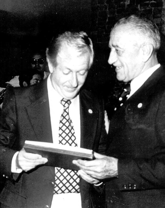 Jorge Verdugo C. (der.) entrega un reconocimiento al piloto Pablo Pfingsthorn.(izq.)